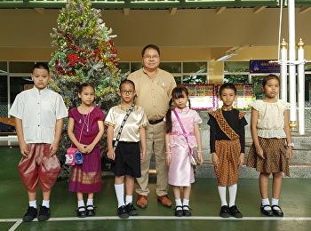 รับเข็มตราสัญลักษณ์ของโรงเรียน...เชิดชูมารยาทไทย+ไหว้สวย