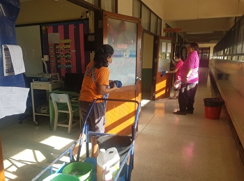 ทีมงานทั้งกวาด เช็ด ถู และลงน้ำยาทุกห้องเรียน ห้องปฎิบัติการ